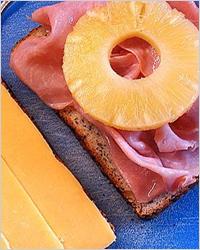 Мясные бутерброды с ананасом