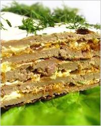Закусочный торт из печени с овощами