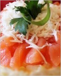 Слоёный салат с форелью и креветками