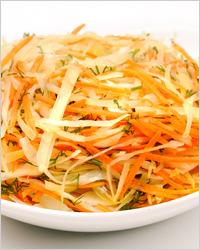 Летний салат из ранней капусты с морковью и зеленью