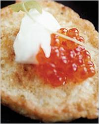 Бутерброды с икрой на омлете