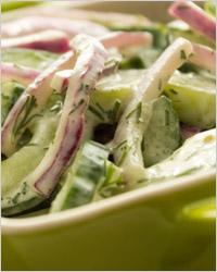 Салат из свежих огурцов в сметанном соусе