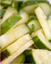 Салат с огурцами, зелёным горошком и яйцами