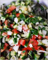 Овощной салат с огурцами, помидорами и майонезом