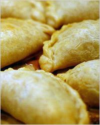 Пирожки «Эмпанадас» из слоёного теста с мясом
