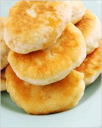 Жареные пирожки с квашеной капустой и грибами из дрожжевого теста