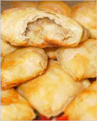 Пирожки с капустой и рыбой из слоёного теста
