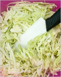Салат из белокочанной капусты с черносливом