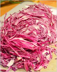 Салат из краснокочанной капусты с яблоками и зелёным луком
