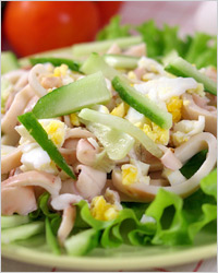 Салат из кальмаров с курицей