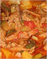 Картофель с мясом и томатной пастой