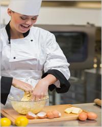 Девушка готовит тесто
