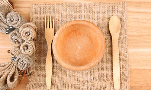 сервировка стола с деревянной посудой