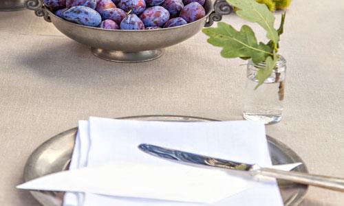 серебрянная посуда на столе