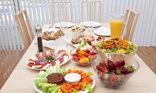 стол с овощами и фруктами