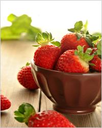 ягоды клубники на тарелке
