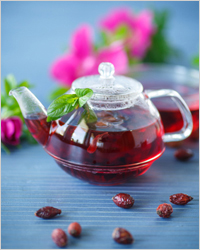 прозрачный чайник с чаем из шиповника