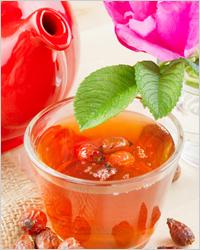 чай с шиповником в чашке