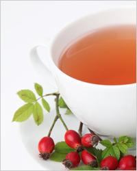 белая чашка с чаем из шиповника