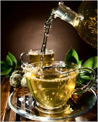 зеленый чай в прозрачном чайнике
