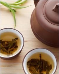 заваренный чай в глиняной посуде