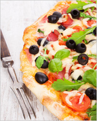 Пицца с помидорами и маслинами