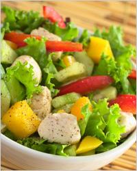 Салат с овощами и курицей