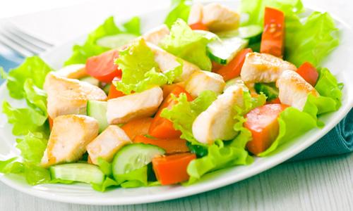 Салат с зеленью и куриным филе