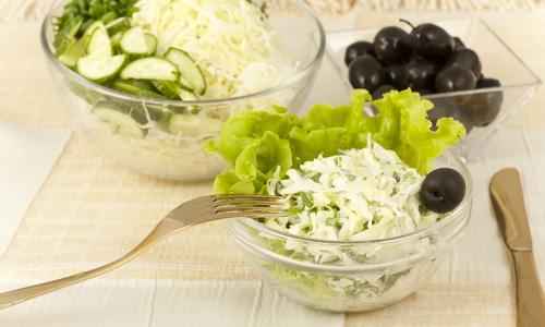Салат с капустой и маслинами