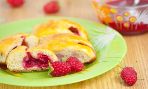 Cakes with raspberry jam