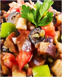 Овощной салат из баклажанов, помидоров и болгарского перца