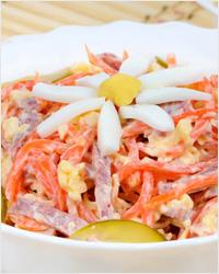 Салат с копченой колбасой, сыром и морковью по-корейски