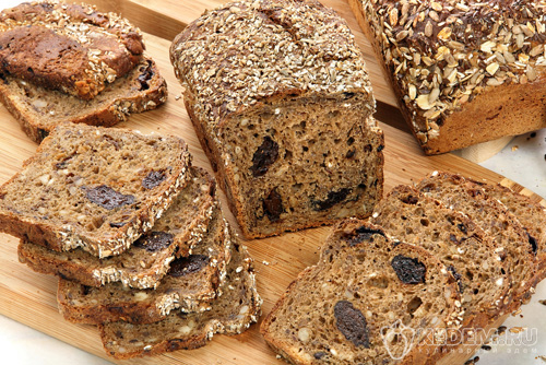 Постный ржаной хлеб с изюмом и орехами