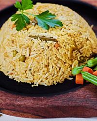 Бурый рис на гарнир с овощами и зеленью