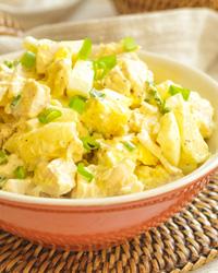 Простой салат с курицей, ананасом и сыром