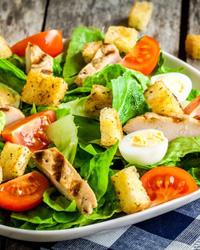 Простой салат с курицей, помидорами и яйцами
