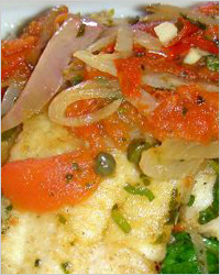 Филе морского языка с луком и помидорами