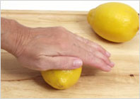 Как отжать лимонный сок 03