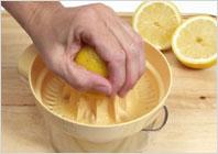 Как отжать лимонный сок 04