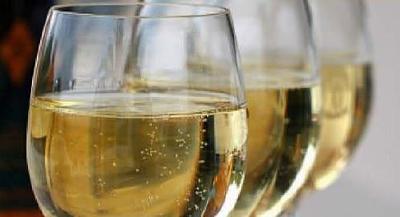 Летом белое вино подают более холодным