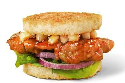 sliyanie-vostoka-i-zapada-v-burgere-set-bystrogo-pitaniya-yo-sushi-v-tokio-zapustila-novyj-produkt-klassicheskij-burger-vypolnennyj-iz-komponentov-sushi-naprimer-vmesto-bulochek-v-nem-dva-sloya-obzharennogo-risovogo-testa-vmesto-kotlety-kusochki-ryby
