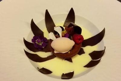 Шоколадный цветок раскрывается при поливании соусом