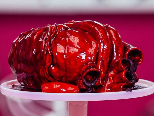 Торт в виде человеческого сердца