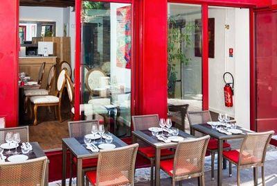 Французский ресторан не обслуживает банкиров