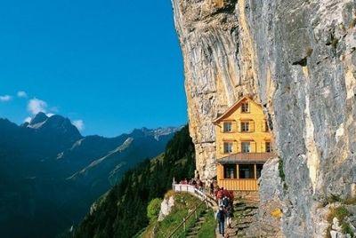 Ресторан у подножия горы