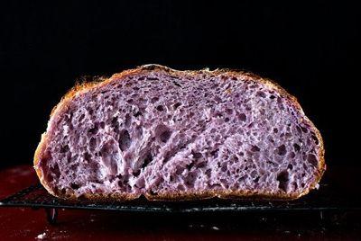 В Сингапуре испекли фиолетовый хлеб
