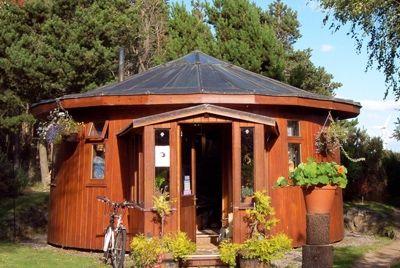 В Шотландии появилась эко-деревня, сделанная из бочек для виски