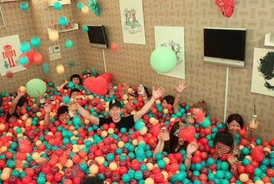 Японский бар заменил всю мебель шарами