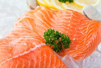 Количество полезных жиров в лососе уменьшилось вдвое