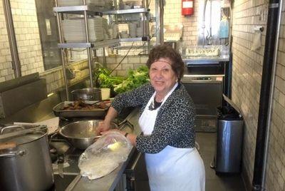 Ресторан нанял бабушек вместо профессиональных поваров